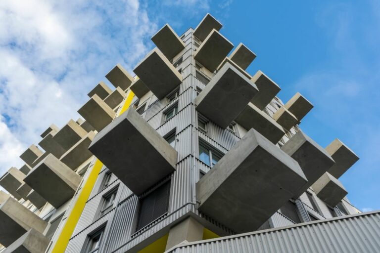 """Wohnhochhaus """"Lakeside"""" in der Seestadt Aspern, Balkone, Sichtbeton, Wellblech, Donaustadt, Wien"""