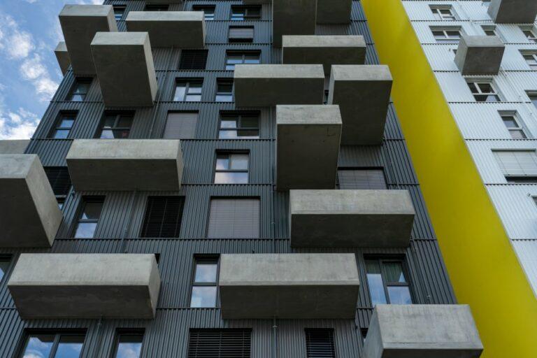 Blechfassade, große Fenster, auskragende Balkone aus Sichtbeton, Wohnhochhaus, Seeparkquartier, Seestadt Aspern, Donaustadt, Wien, Janis-Joplin-Promenade
