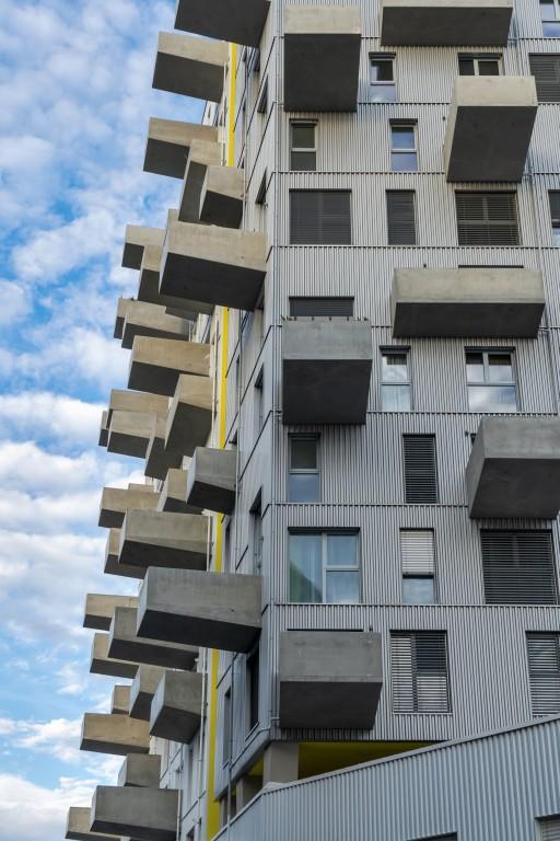 """Lakeside"", Wohnhochhaus, Seestadt Aspern, Balkone aus Beton, Blechfassade"