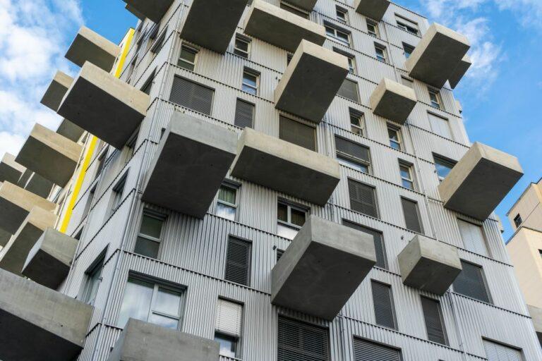 Blechfassade, große Fenster, auskragende Balkone aus Sichtbeton, Wohnhochhaus, Seeparkquartier, Seestadt Aspern, Donaustadt, Wien