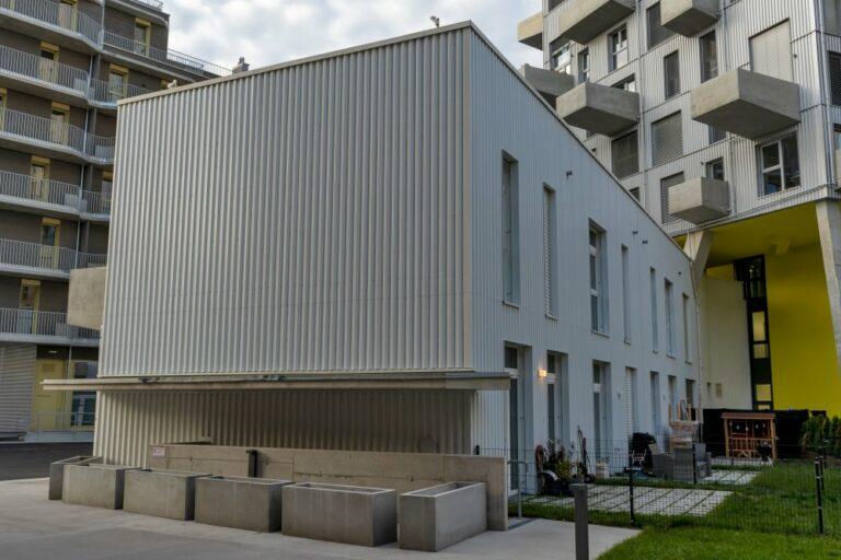 """Wohnhaus in der Seestadt Aspern, Wien, Erdgeschoßzone, Blech, """"Lakeside"""""""