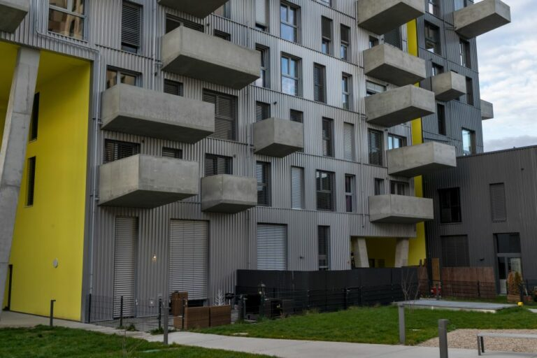 Seestadt Aspern, Wohnhochhaus, Balkone, Wellblech-Fassade, Garten, Erdgeschoß