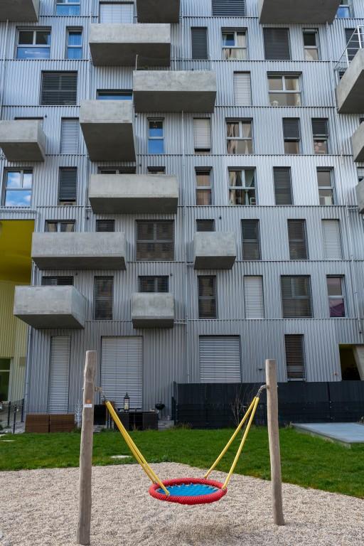 """Schaukel vor einem modernen Wohnhaus in der Seestadt Aspern, Wien, """"Lakeside"""""""