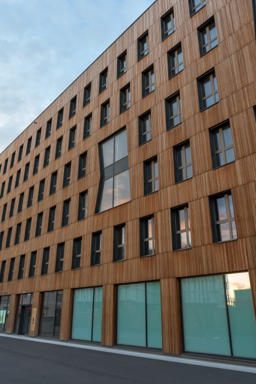 Hochhaus mit Holzfassade, Janis-Joplin-Promenade 26, Seestadt Aspern, Wien