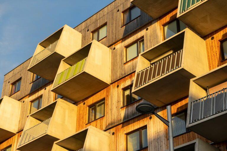 Wohnhaus mit Holzfassade und Balkonen aus Sichtbeton in der Maria-Tusch-Straße 6, Seestadt Aspern, Donaustadt, Wien