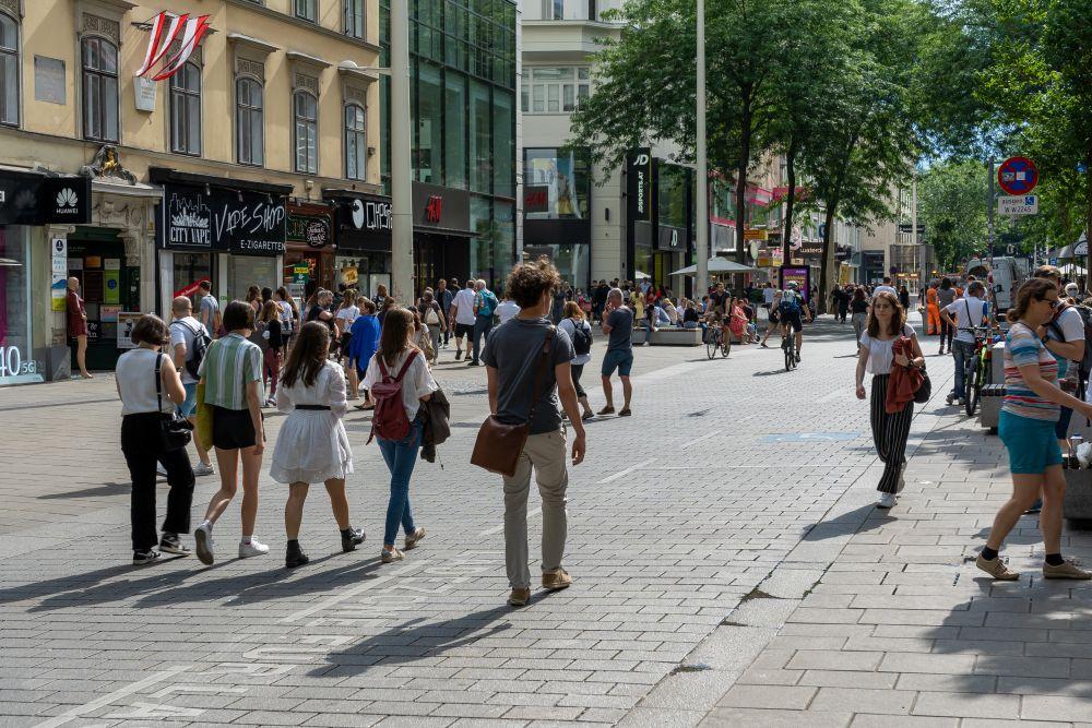 Mariahilfer Straße, Begegnungszone vor dem Raimund-Hof, nahe Stiftgasse, Wien