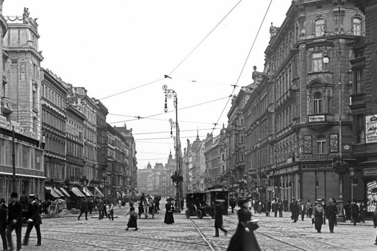 Mariahilferstraße, historisches Foto, Passanten, Straßenbahnen, Straßenlaternen