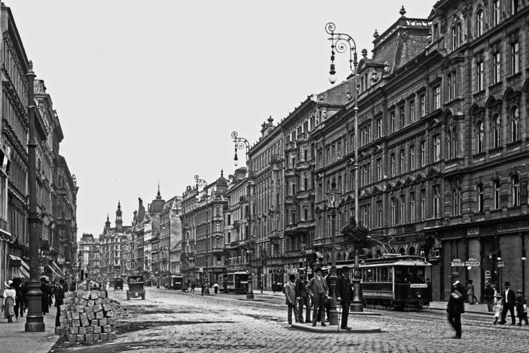 Mariahilferstraße bei der Kaiserstraße, historische Aufnahme, Straßenbahnen, Fußgänger, Straßenlaternen, Wien