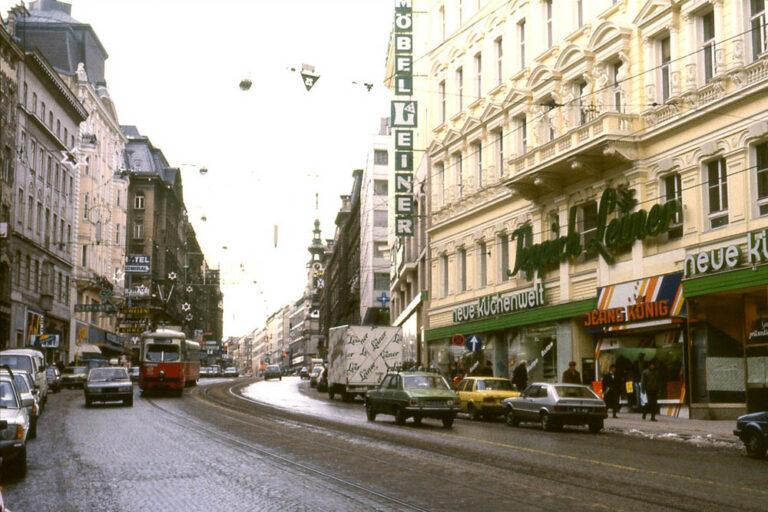 altes Foto der Mariahilferstraße zwischen Rahlgasse und Königsklostergasse, Straßenbahn, PKW-Verkehr, Winter, Weihnachtsbeleuchtung