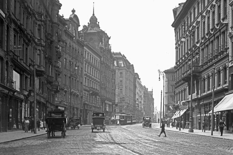 Mariahilferstraße im frühen 20. Jahrhundert, Fuhrwerke, Automobile, Fußgänger, Straßenbahn, Historismus-Architektur, Mariahilf, Neubau, Wien