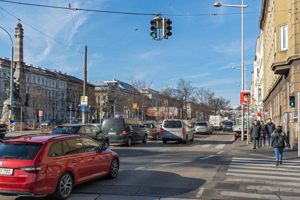 Autoverkehr am Neubaugürtel, Wien, Stollgasse