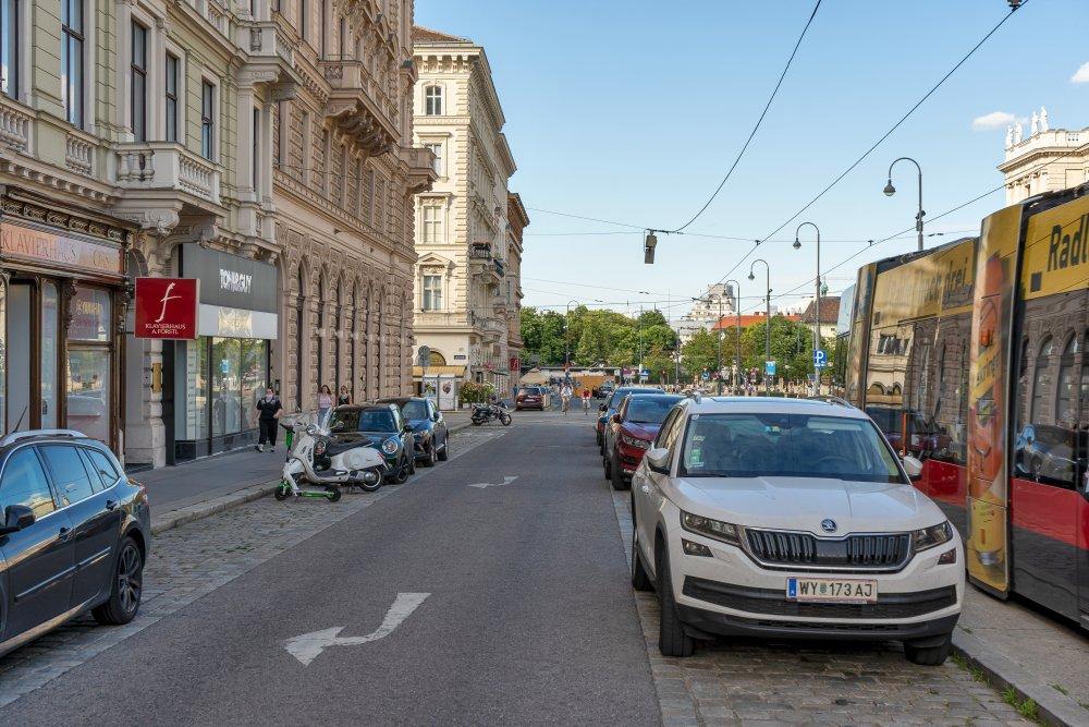 Die Bellariastraße, zwischen Ringstraße und Zweierlinie, ist z. T. ein Abstellplatz für PKW. (Foto: 2020)
