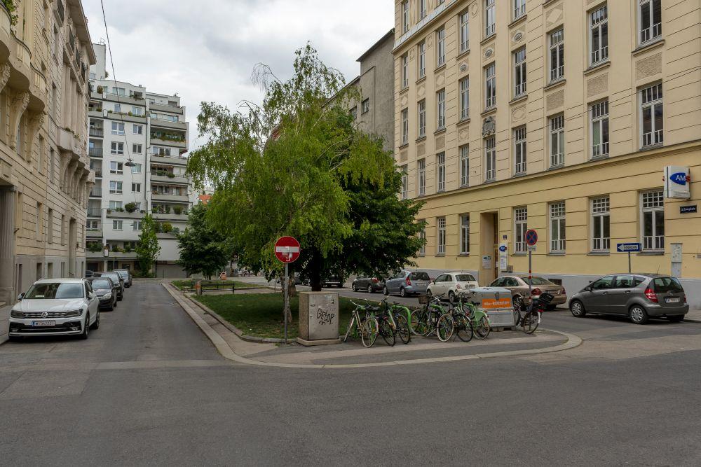 Esteplatz in Wien-Landstraße, Jugendstilhäuser, Asphalt, Bäume, Autos, Fahrräder, nahe Wien Mitte
