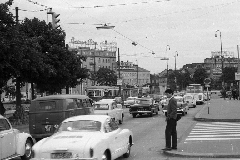 Verkehr am Mariahilfer Gürtel, wartender Fußgänger, 1950er, altes Foto, Wien, Europaplatz