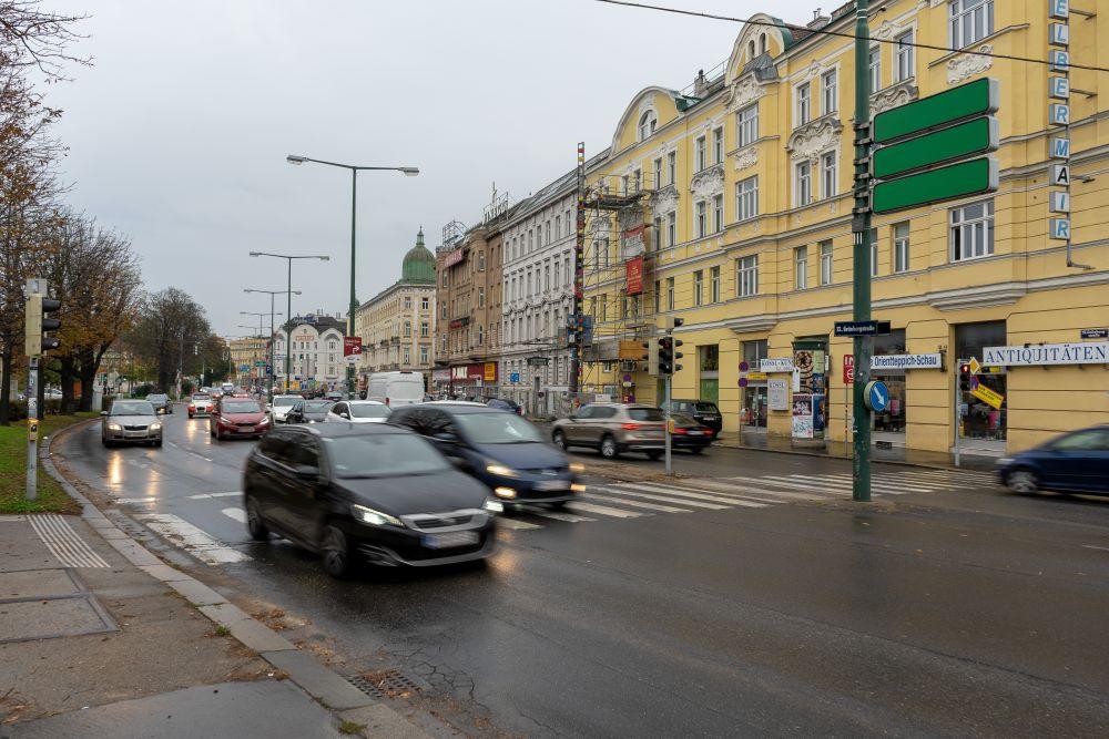 viel Autoverkehr auf der Grünbergstraße in der Nähe des Schloss Schönbrunn, Meidling, Hietzing, Wien