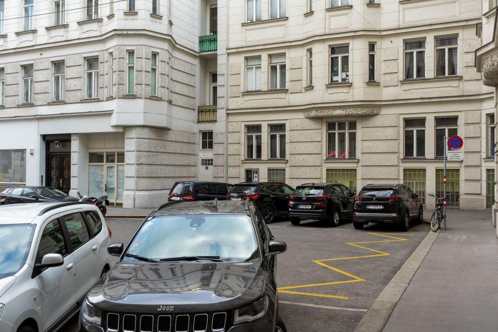 kleiner Platz neben der Taborstraße in Wien-Leopoldstadt, parkende Autos, Gründerzeithäuser, Asphalt