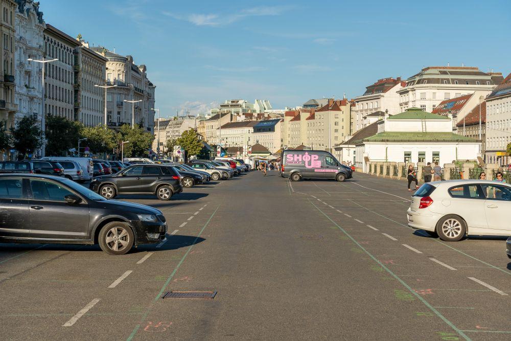Parkplatz beim Naschmarkt, Wien-Meidling, neben den Wienzeilenhäusern von Otto Wagner