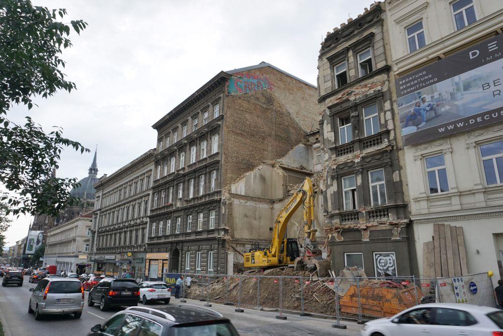 Gründerzeithaus am Mariahilfer Gürtel 33 wird abgerissen, Bagger, Baustelle, Autos