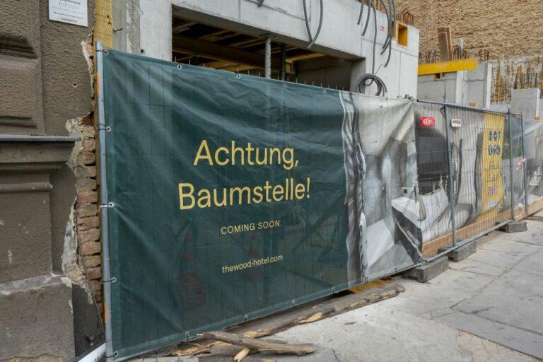 """Werbeplakat beim Mariahilfer Gürtel 33, Hotel """"The Wood"""""""