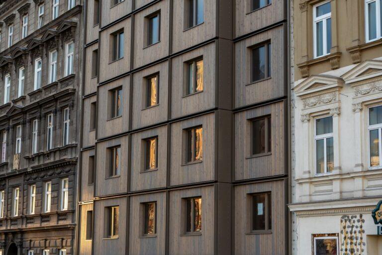 """Hotel """"The Wood"""" am Mariahilfer Gürtel 33, zwischen Gründerzeithäusern"""