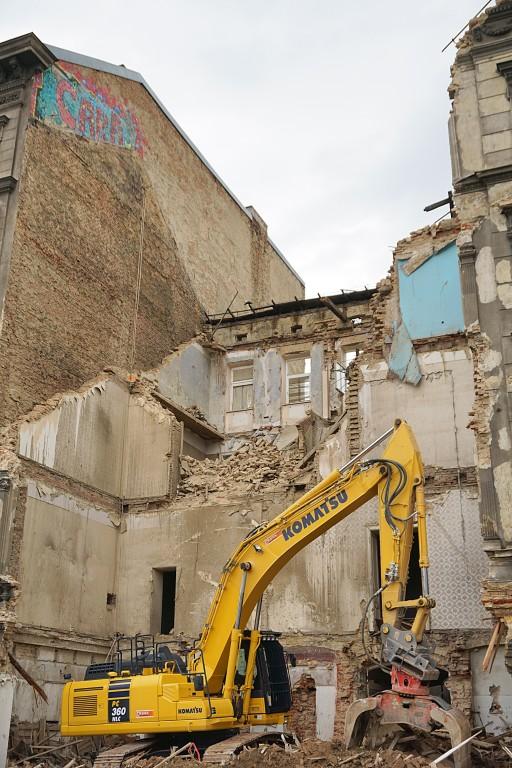 Abriss des Gründerzeithauses Mariahilfer Gürtel 33, 1150 Wien, Bagger