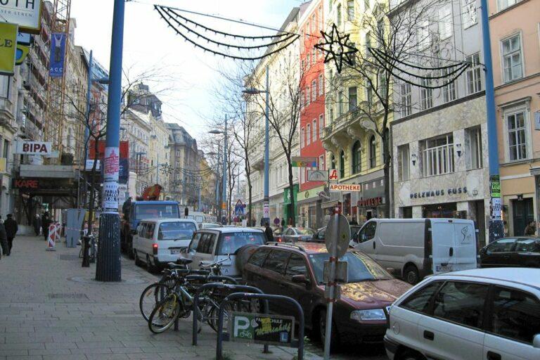 Autos in der Mariahilfer Straße, nahe Museumsquartier, vor dem Umbau zur Begegnungszone