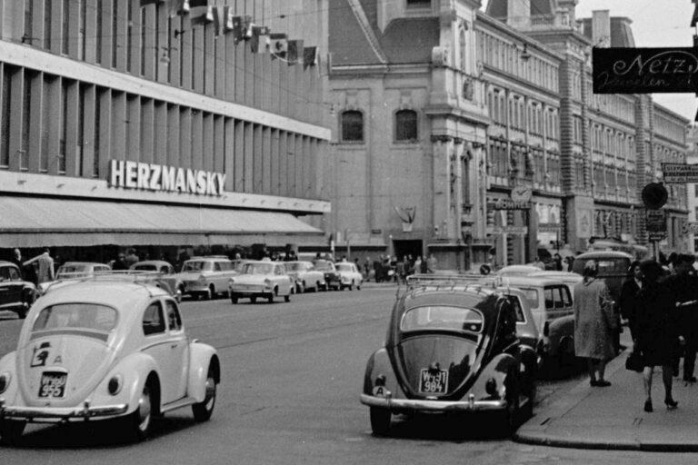 """Autoverkehr beim Kaufhaus """"Herzmansky"""", Mariahilfer Straße"""