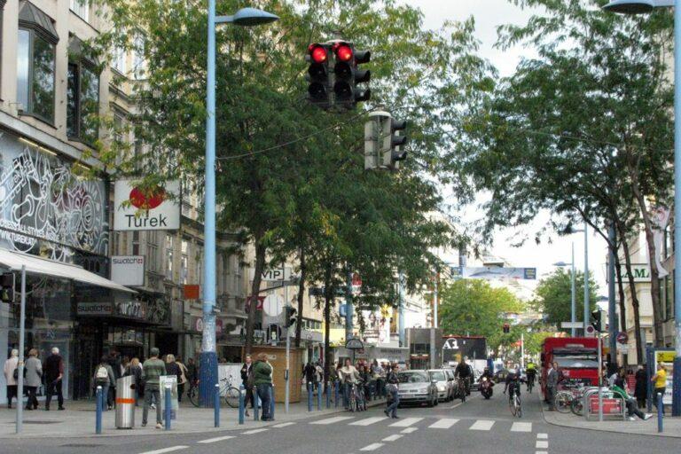 Autoverkehr an der Kreuzung Neubaugasse und Mariahilferstraße, Wien