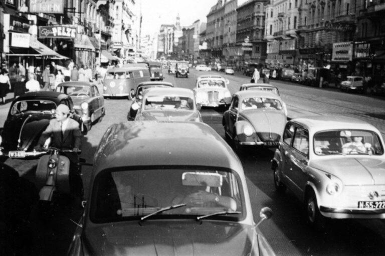 dichter Autoverkehr auf der Mariahilferstraße in den 1950ern, Wien