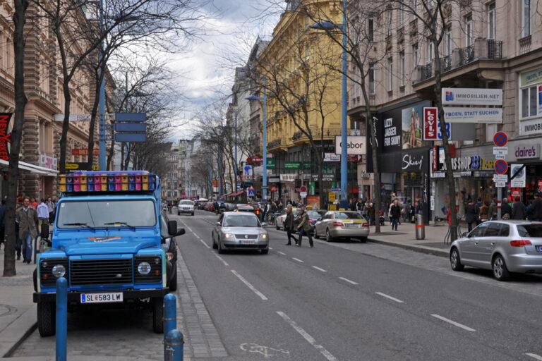Autoverkehr vor der Stiftskirche kurz vor dem Umbau zur Begegnungszone, Mariahilfer Straße