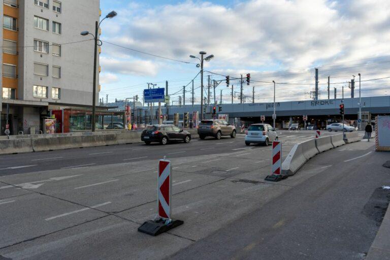 Matzleinsdorfer Platz mit Baustelle, Autos und Bahntrasse/Brücke, Wien