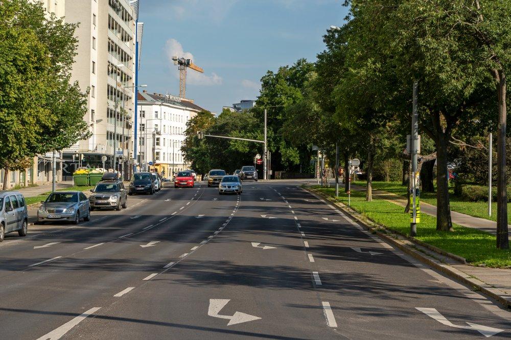 Obere Donaustraße: viele Fahrspuren für KFZ, hohe Verkehrsbelastung (Foto: 2020)