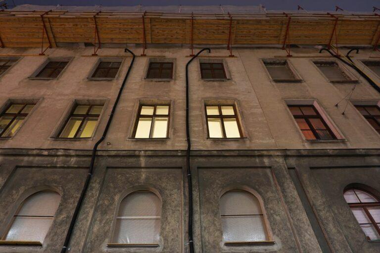 Gründerzeithaus Radetzkystraße 24-26 am Abend, Fenster mit Licht, Abbruch, Baustelle, 1030 Wien