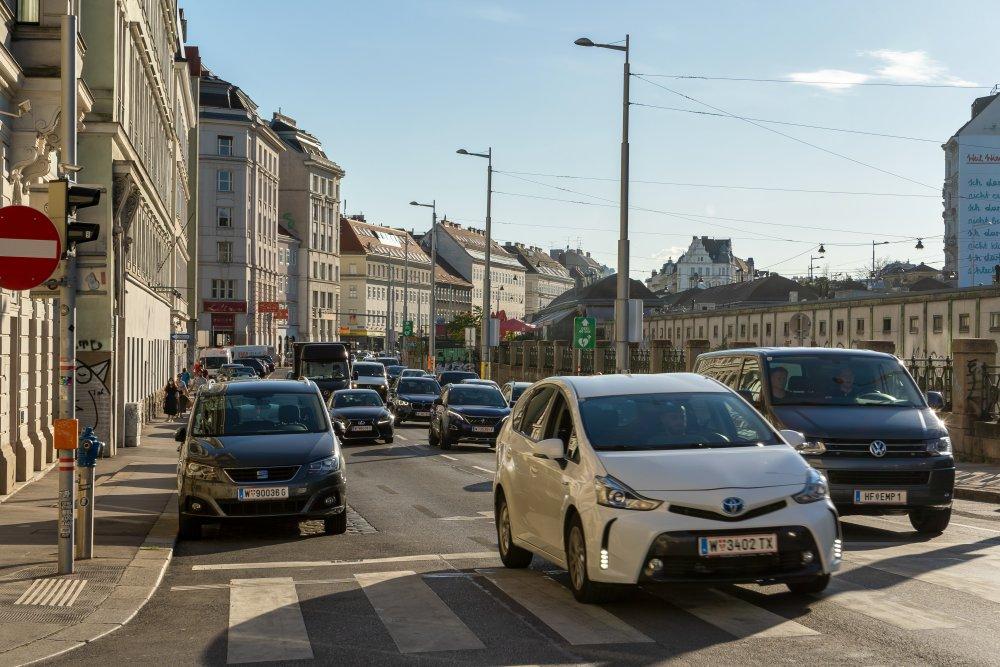 Rechte Wienzeile: viel motorisierter Verkehr zwischen Wohnhäusern und Naschmarkt (Foto: 2020)