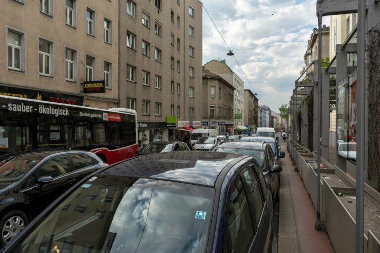 dichter Autoverkehr in der Reinprechtsdorfer Straße, 5. Bezirk, Wien, Bus, Gymnasium