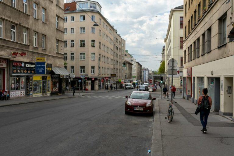 Reinprechtsdorfer Straße in Wien-Margareten, Asphalt, Fußgänger, Autos, Häuser