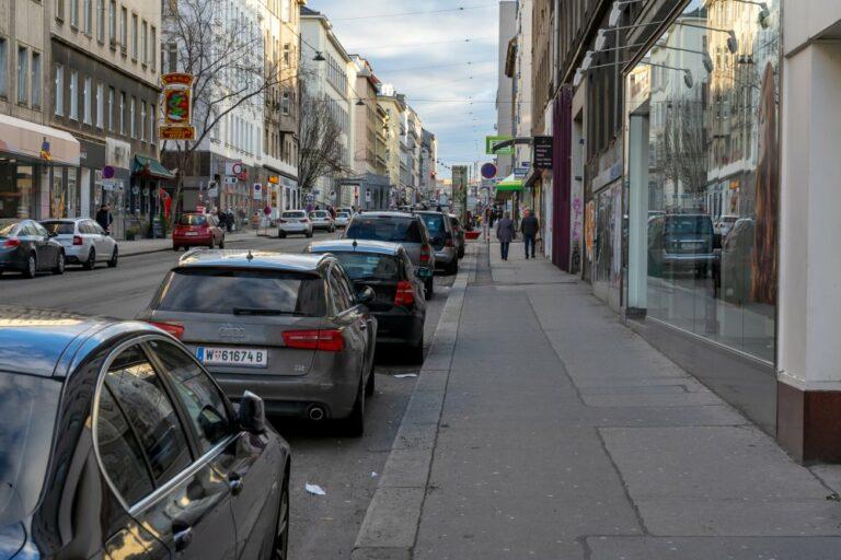 Gehsteig und Parkplätze auf der Reinprechtsdorfer Straße, 1050 Wien, Margareten