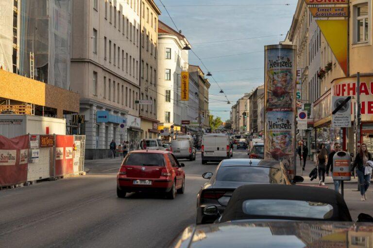 Autos auf der Reinprechtsdorfer Straße, Litfaßsäule, Fußgänger, Baustelle, Wien-Margareten