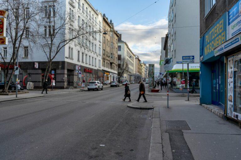 Reinprechtsdorfer Straße Ecke Högelmüllergasse, Fußgänger überqueren die Straße