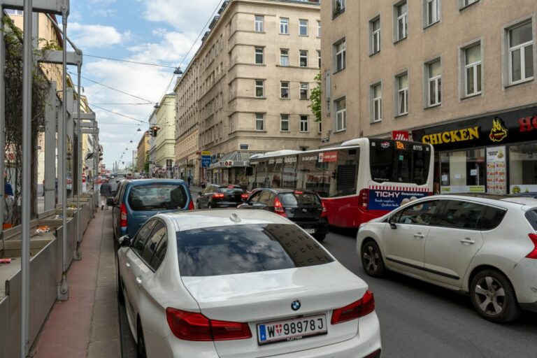 Autos und Bus (12A) in der Reinprechtsdorfer Straße, Margareten, Wien