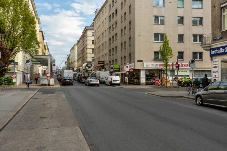 Reinprechtsdorfer Straße in Richtung Gürtel, Wien, Leitgebgasse, Schule
