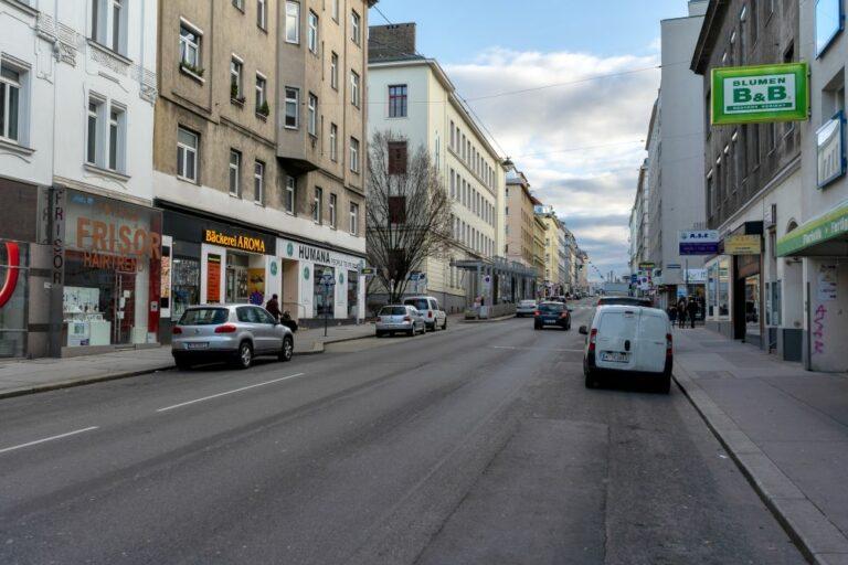 Reinprechtsdorfer Straße im 5. Bezirk in Wien, Haydn-Gymnasium, Blumen, Bäckerei Aroma, Frisör, Humana