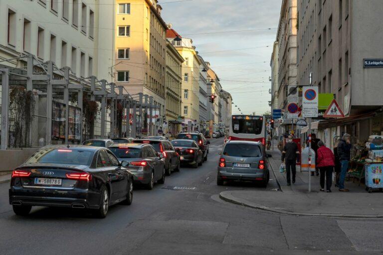Autoverkehr und Bus auf der Reinprechtsdorfer Straße, Haydn-Gymnasium, Leitgebgasse, Wien