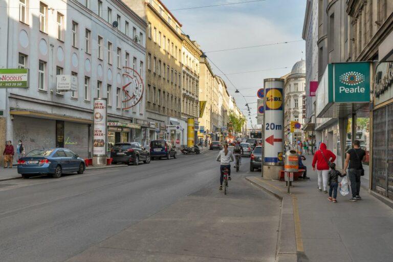 Radfahrer in der Reinprechtsdorfer Straße, Fußgänger, Litfaßsäule, Wien-Margareten