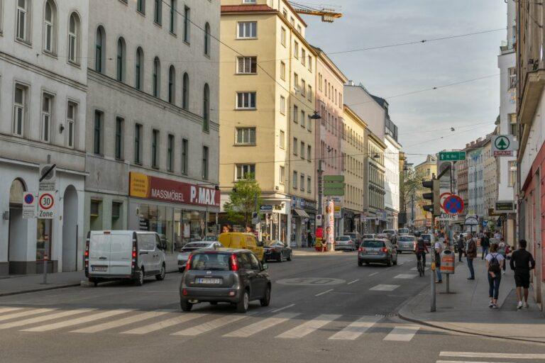 Reinprechtsdorfer Straße im 5. Bezirk, Wien, Autos, Geschäfte, Fußgänger