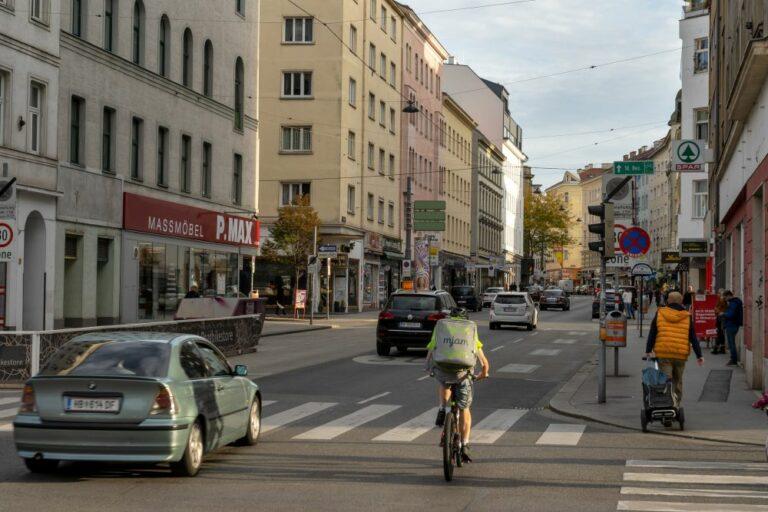 Autos und Radfahrer auf der Reinprechtsdorfer Straße, Wien-Margareten