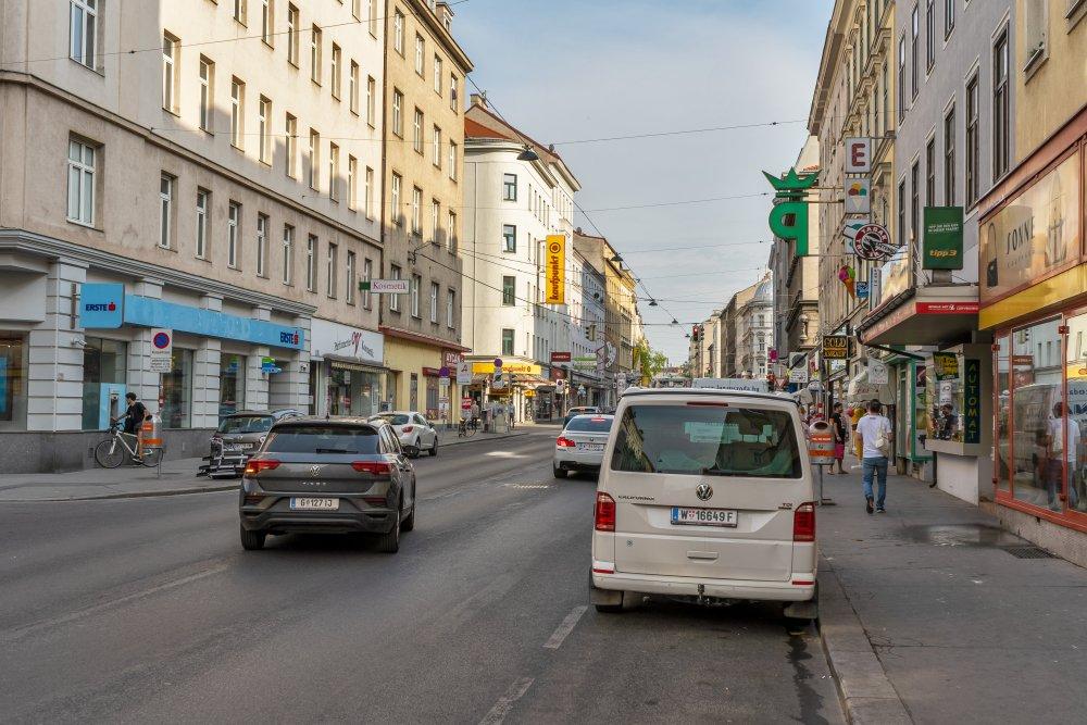 Reinprechtsdorfer Straße mit fahrenden und parkenden Autos, 5. Bezirk