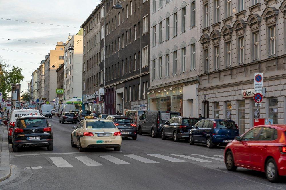 Autoverkehr in der Reinprechtsdorfer Straße, zwischen Siebenbrunnenplatz und Högelmüllergasse, Autos, Gründerzeithäuser, Asphalt, Wien, 5. Bezirk