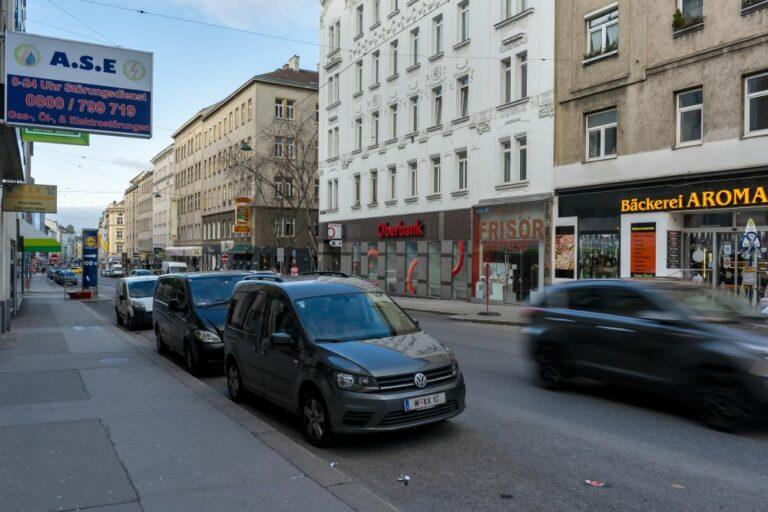 Autoverkehr und Parkplätze auf der Reinprechtsdorfer Straße, 1050 Wien