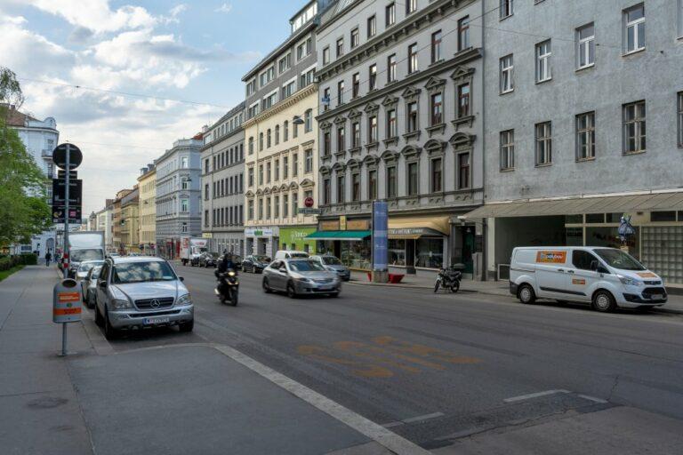Reinprechtsdorfer Straße nahe Wiedner Hauptstraße, Geschäfts, Autos, Motorrad, Asphalt, Bäume, Gründerzeithäuser